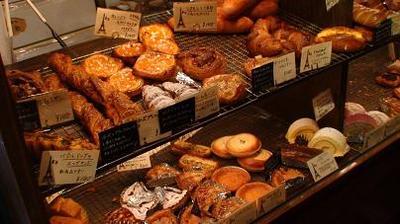 有名なパリのパン屋さん「ボンジュール」のパンコーナー1