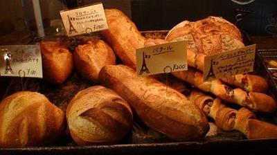 有名なパリのパン屋さん「ボンジュール」のパンコーナー2