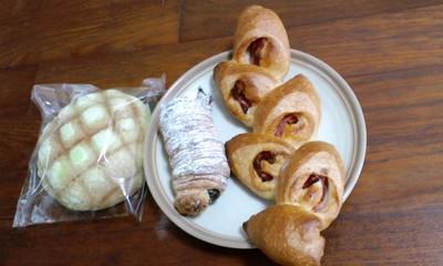 パンファクトリーさんとのれ ベーコンエピ(130円)と夕張メロンクリームパン(120円)とチョコロール(100円)