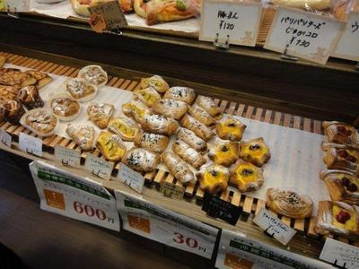 焼き立てパン工房「パンファクトリー さんと・のれ」の店内のパン