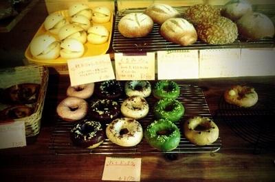 パン屋さん パインズ トトのカラフルなドーナツ